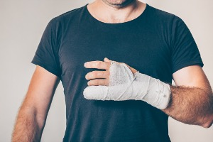 A man with a cast on his hand, needing an Injury Lawyer in Peoria IL